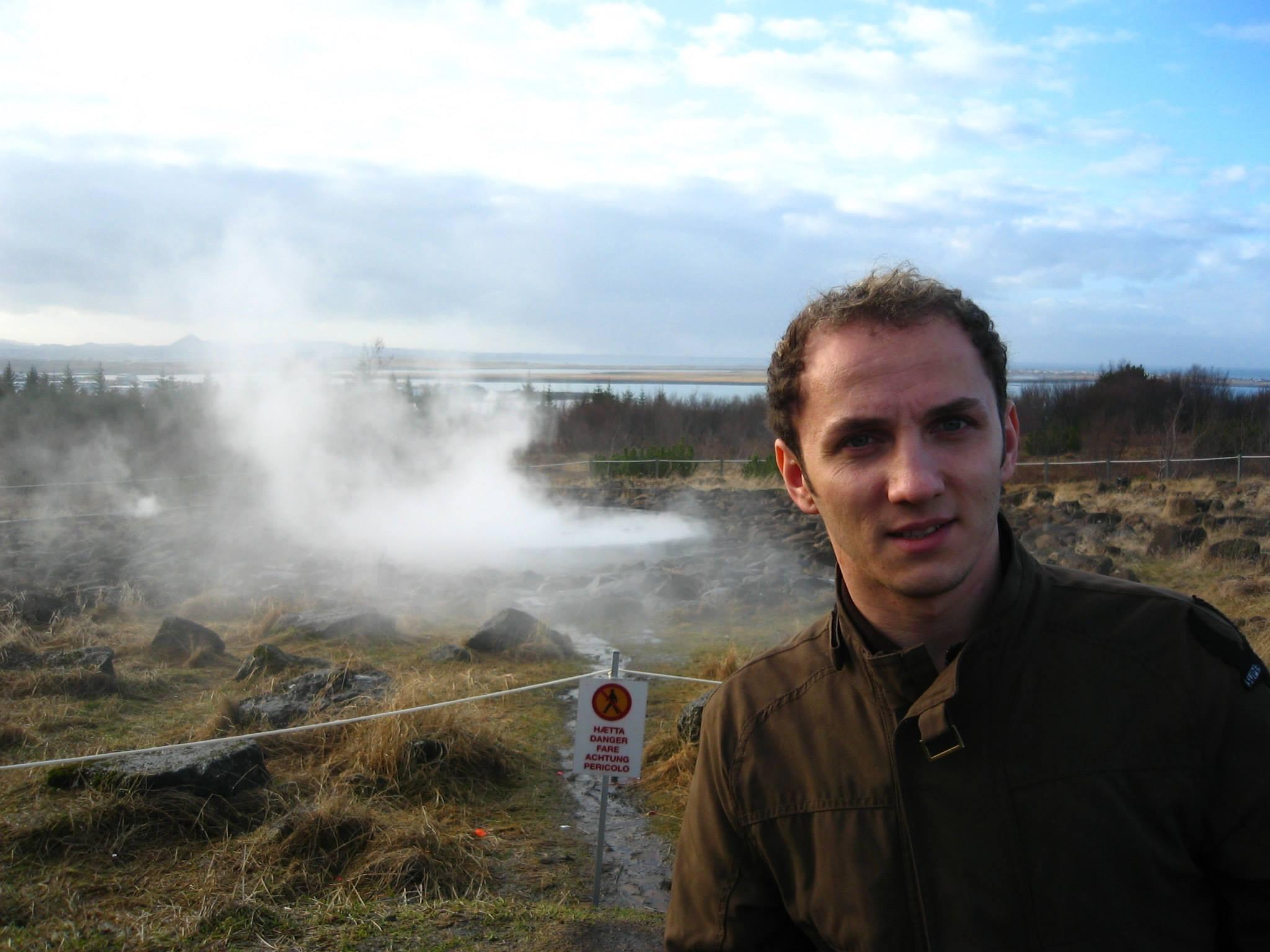 Mihai Traistariu a profitat de concertele din Islanda si s-a fotografiat alaturi de gheizere sursa: arhiva personala
