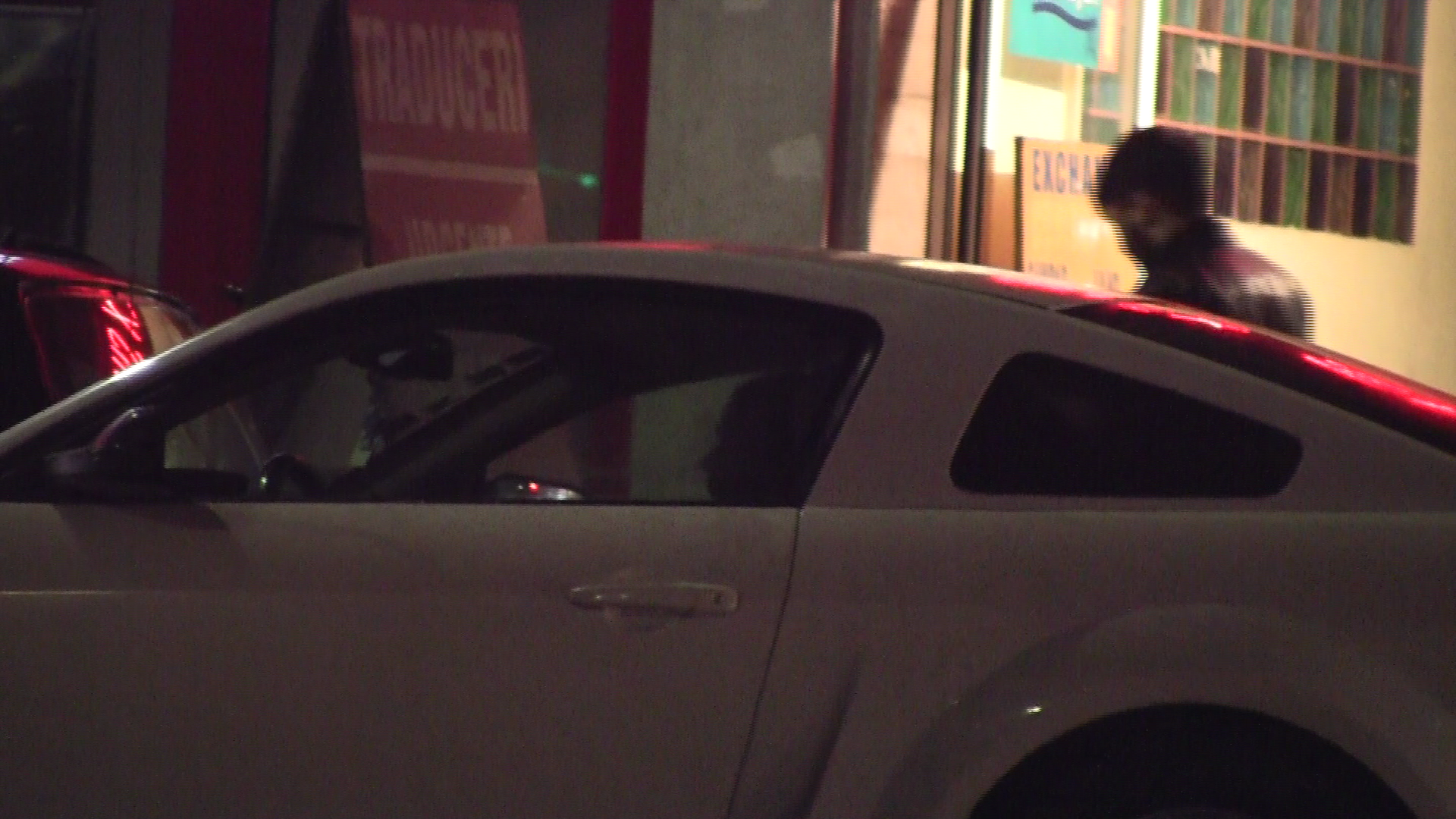 In timp ce luptatorul a schimbat niste bani, logodnica lui l-a asteptat cuminte in masina
