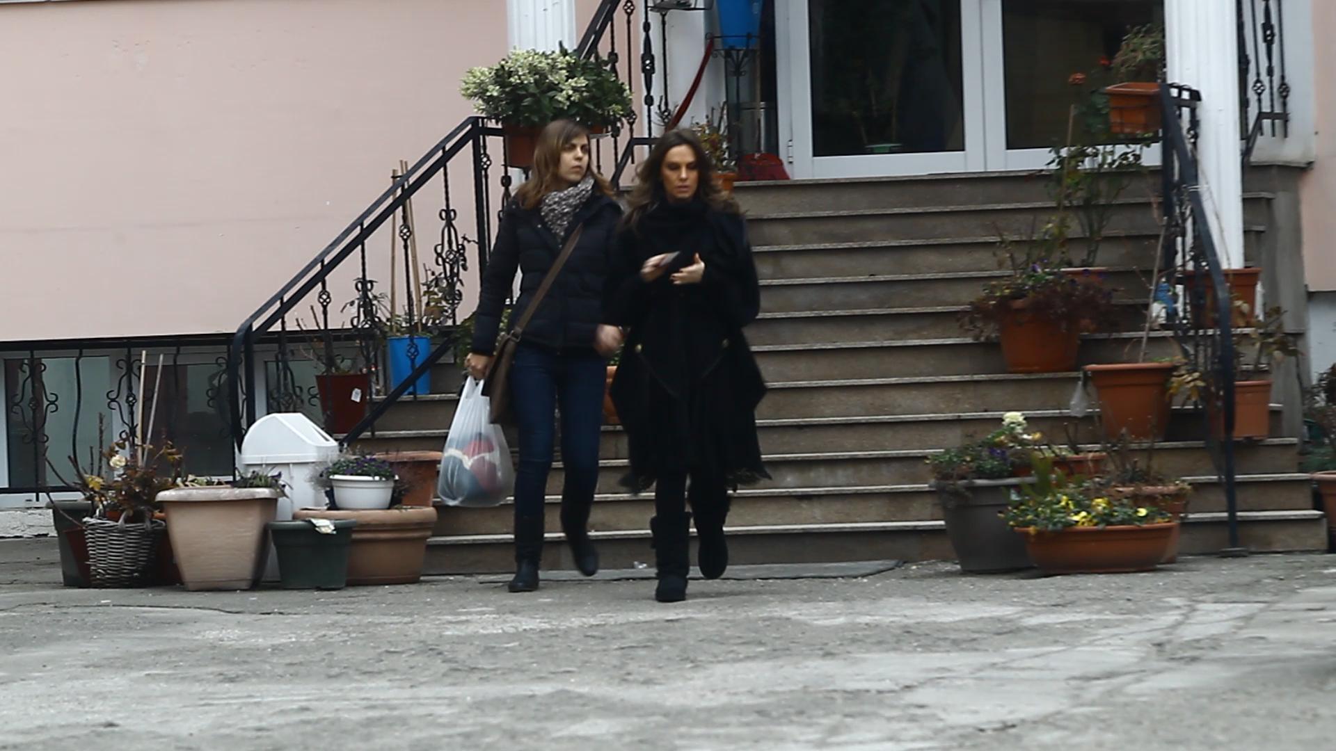 Infofolita din cap pana in picioare, Anna a mers zilele trecute cu o prietena la un depozit de tesaturi