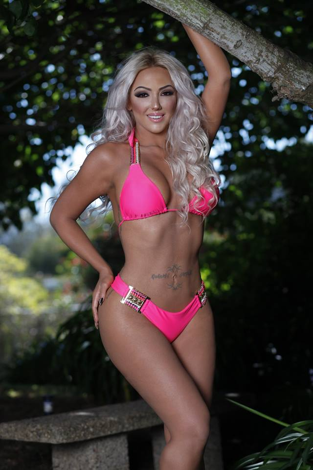 Alexandra Harra s-a pozat pentru admiratorii de pe Facebook in costum de baie