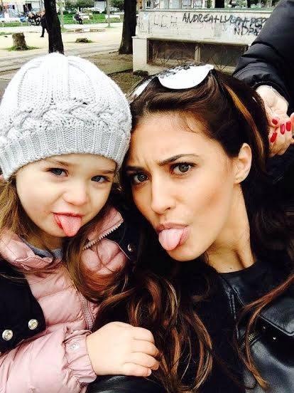 Antonia si fetita ei sunt in culmea fericirii