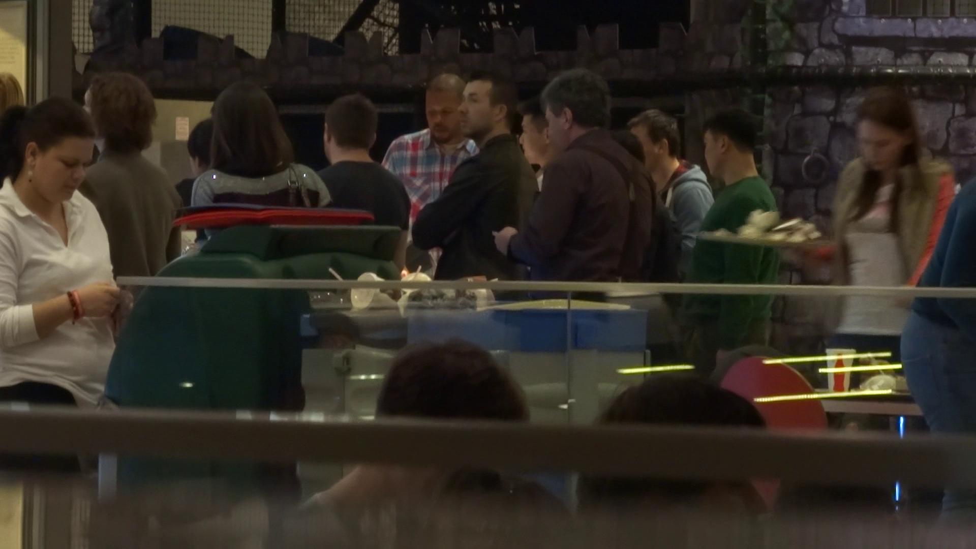 Dupa ce si-au rezervat locurile la film, toata gasca si-a potolit foamnea la un fast-food celebru