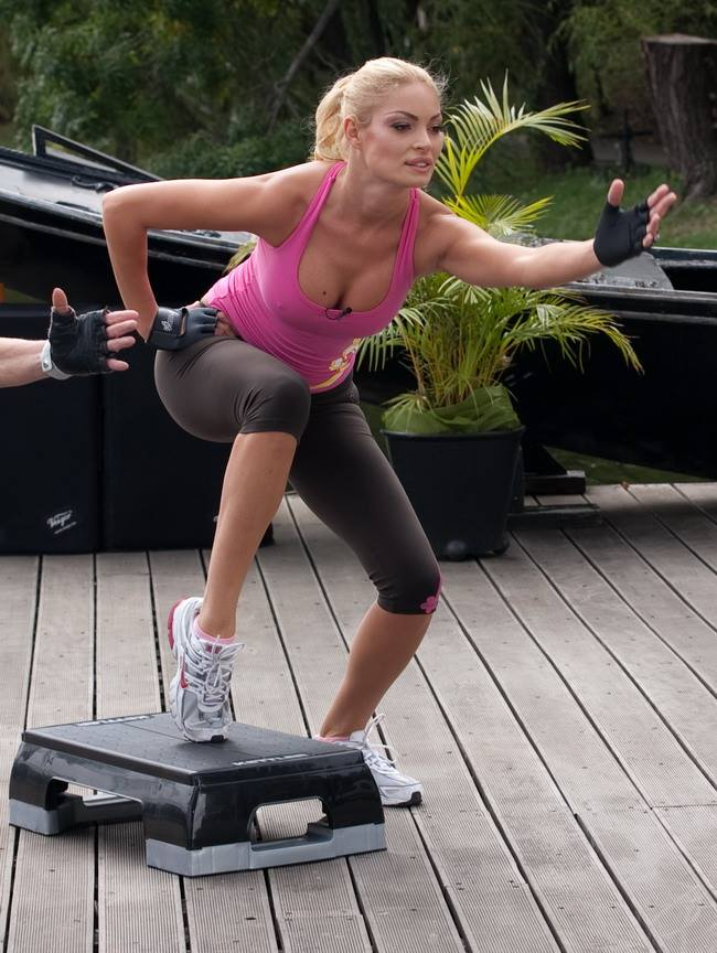 Valentina Pelinel se mentine in forma cu exercitii fizice