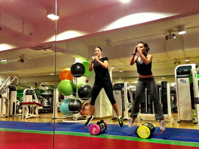 De mai bine de un an, Andreea Marin merge la sala de fitness, unde se antreneaza cu Anca Bucur, Miss Fitness Universe sursa: arhiva personala