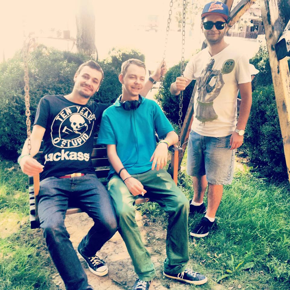 Razvan, alaturi de colegul sau Smokey si de Daniel, managerul sau (de la stanga la dreapta) foto: Facebook