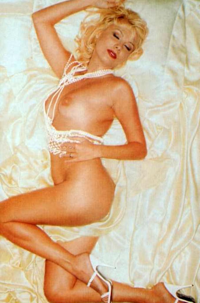 Dana a pozat in noiembrie 1999 in primul numar al revistei Playboy din Romania