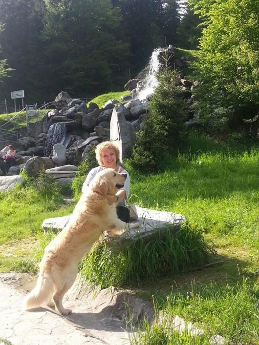 Mihaela Tatu adora plimbarile in natura, in special alaturi de cainele ei, pe care il are de sapte ani foto: Facebook