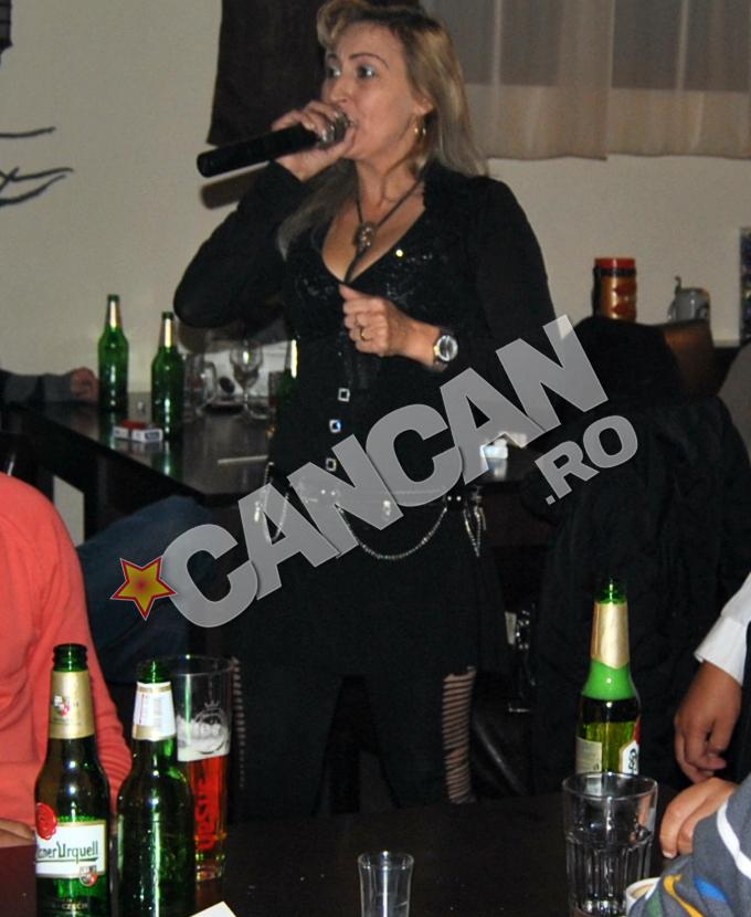Marcela are 43 de ani si canta in birturi
