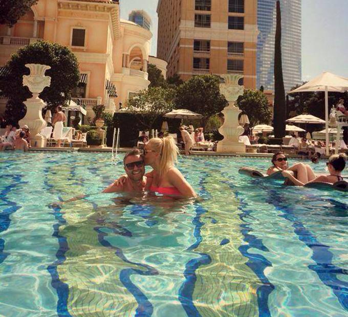 Vica si Blochina s-au pupat in piscina din fata hotelului Bellagio din Las Vegas