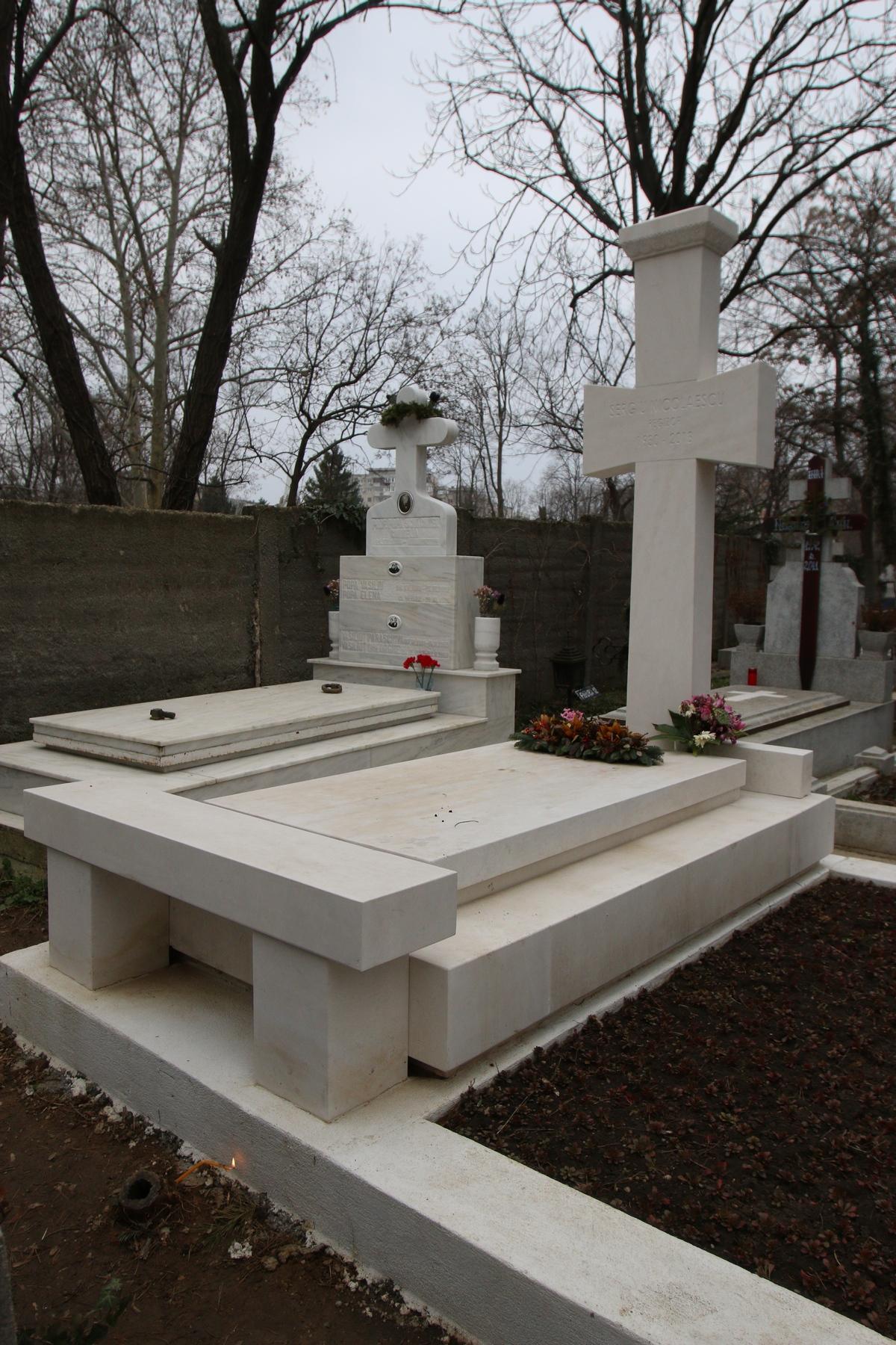 Monumentul funerar al lui Sergiu Nicolaescu este mereu curat si florile sunt aranjate