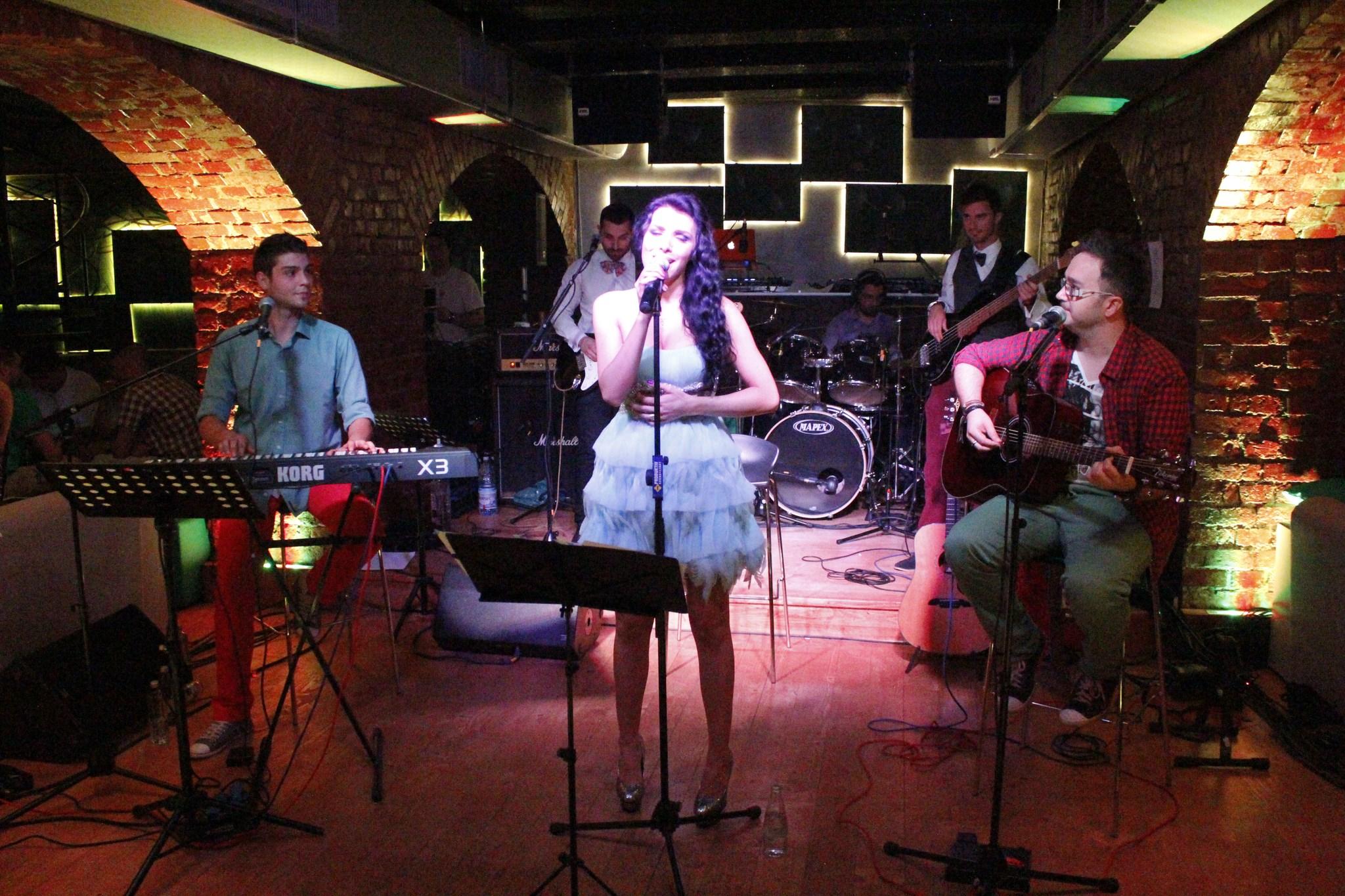 Sorana a inceput sa cante live in diverse cluburi din Capitala