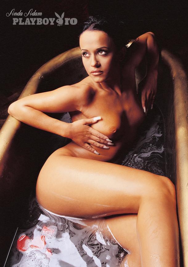 In anul 2000, cantareata a acceptat sa-si arate pentru prima data nurii