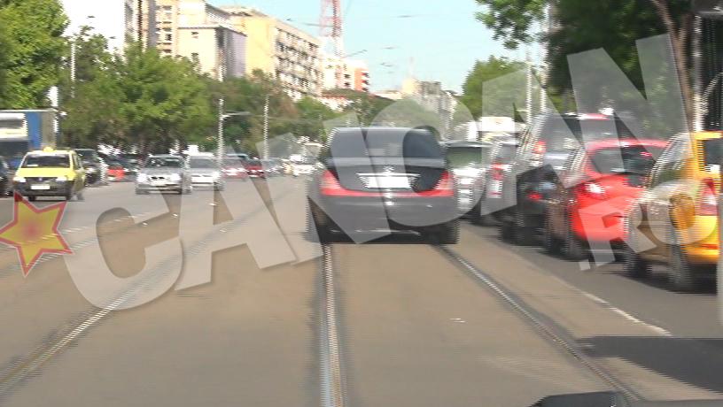 Nu a avut rabdare sa astepte la semafor, asa ca a depasit coloana de masini pe linia de tramvai