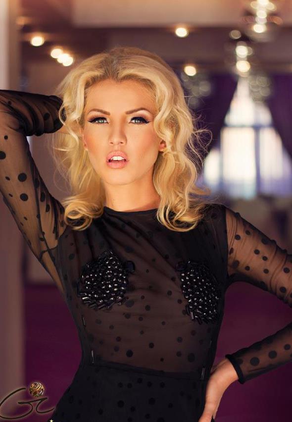 Blonda l-a fermecat pe Van Damme