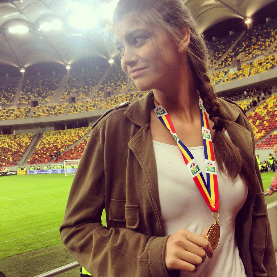 Laura s-a pozat cu medalia de campion a iubitului ei