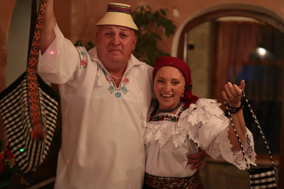 Bebe Cotimanis si Florina, sotia lui, s-au imbracat in straie populare