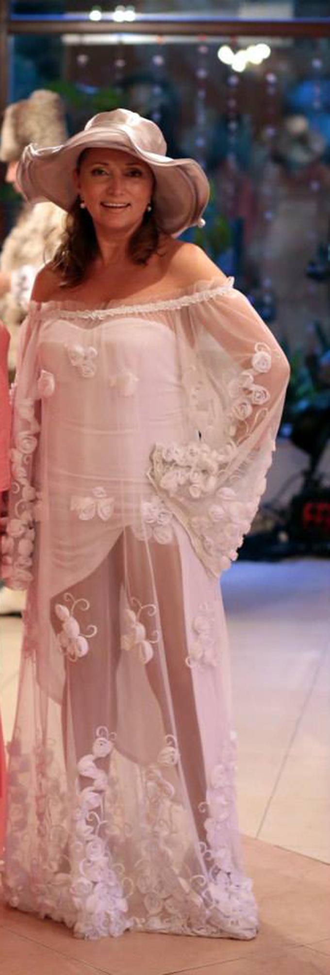 Sotia lui Cotimanis a ales sa poarte o rochie de mireasa foarte originala