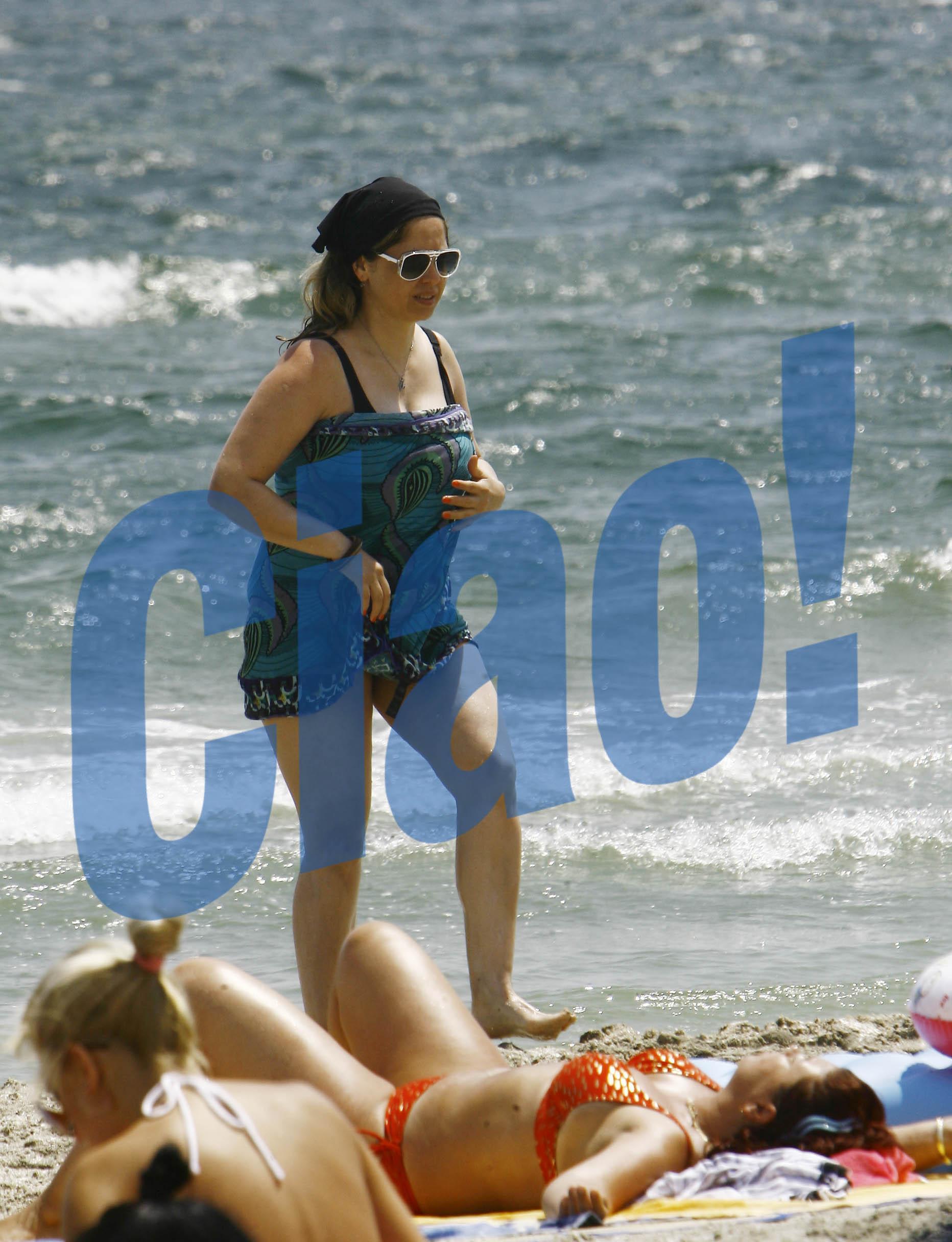 Si Anca Badiu are probleme cu kilogramele, asta insa nu o impiedica sa se dezbrace pe plaja. Cel putin pe jumatate