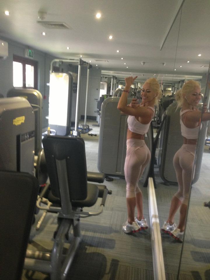 Chiar daca pare imbatranita la fata, Oana Oprea compenseaza cu corpul ei bine lucrat