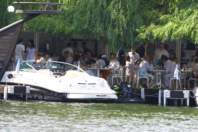 Barbatii au iesit la un restaurant select de pe pontonul lacului Snagov
