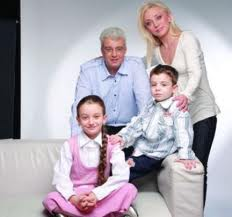 Artistul a fost casatorit 14 ani cu Lucian Bubulac si au doi copii: Raris si Daria