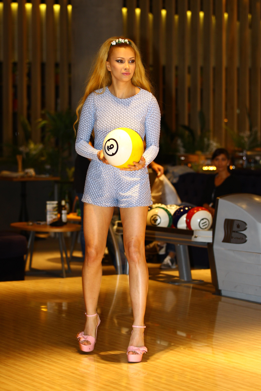 Lora nu si-a pus incaltari speciale pentru jocul de bowling