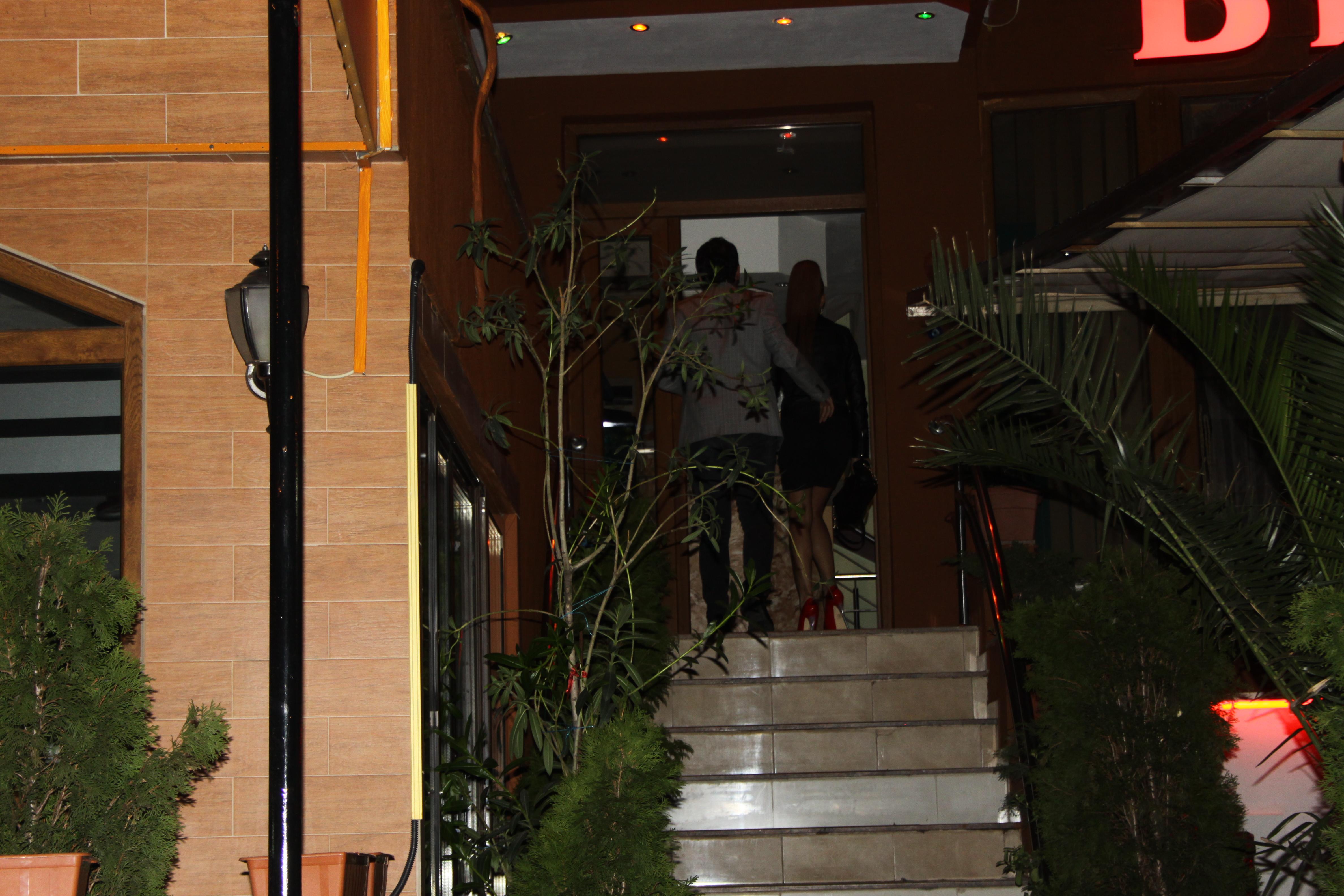 Cei doi au fost surprinsi, in miez de noapte, la intrarea intr-un hotel din Capitala