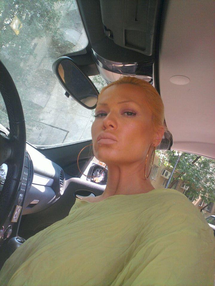 Simona este cunoscuta ca fiind una dintre blondele din showbiz