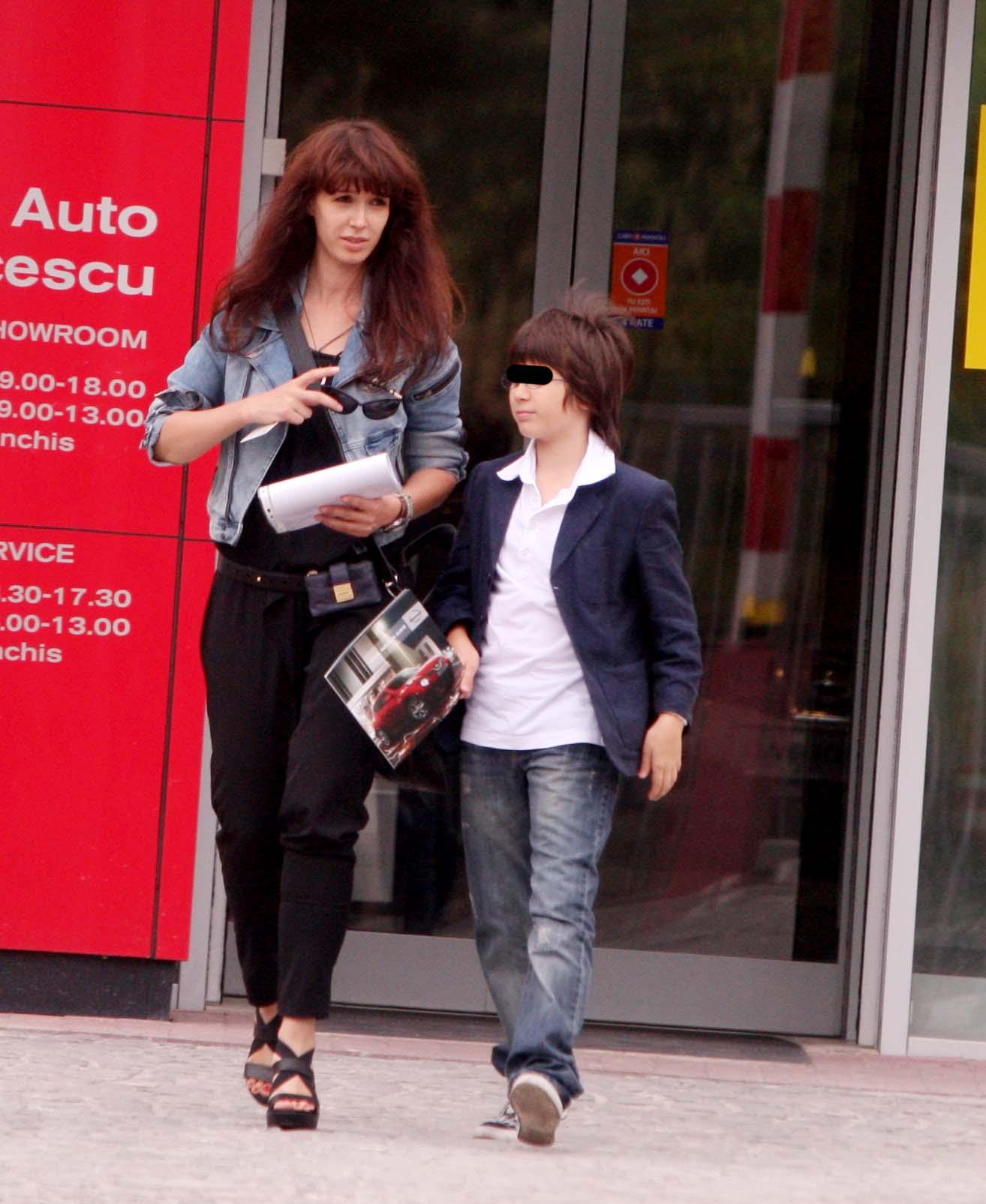 Dupa despartirea de Cuptor, Alina Chivulescu si-a indreptat intreaga atentie catre fiul ei, Michael, de care este nedespartita