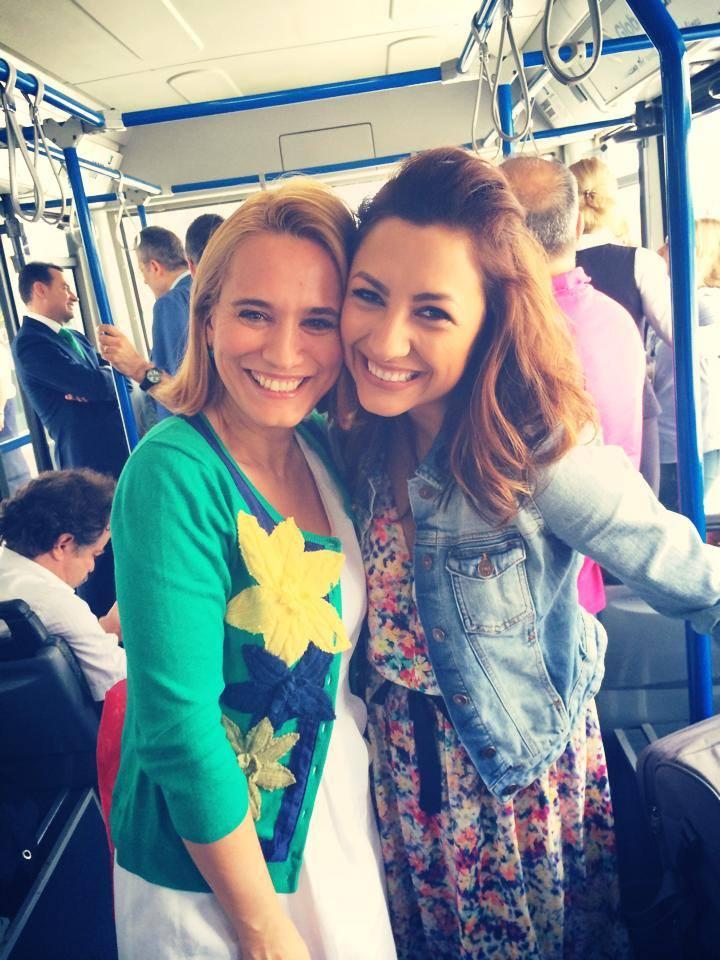 Andra si Andreea s-au fotografiat intr-un autobuz, in timp ce mergeau spre avion