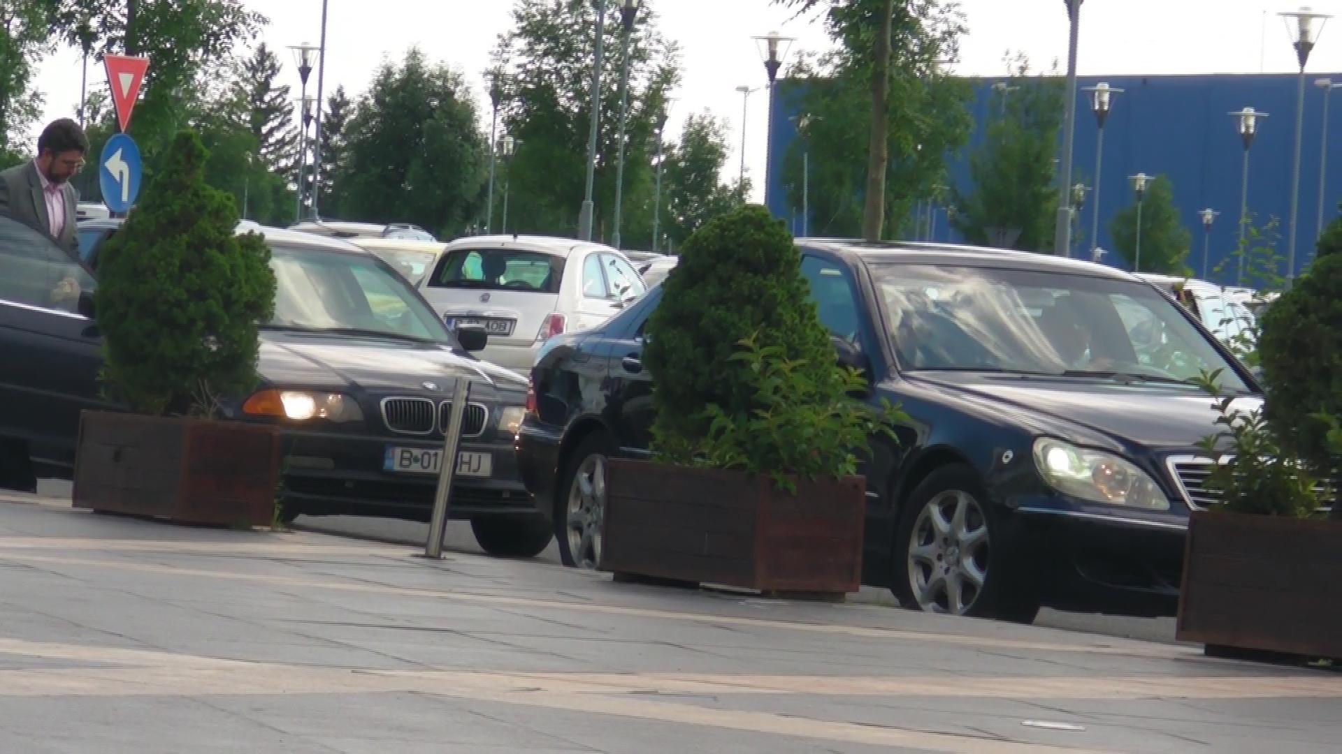 A fost nevoie de doua masini pentru ca fostul presedinte sa mearga la mall