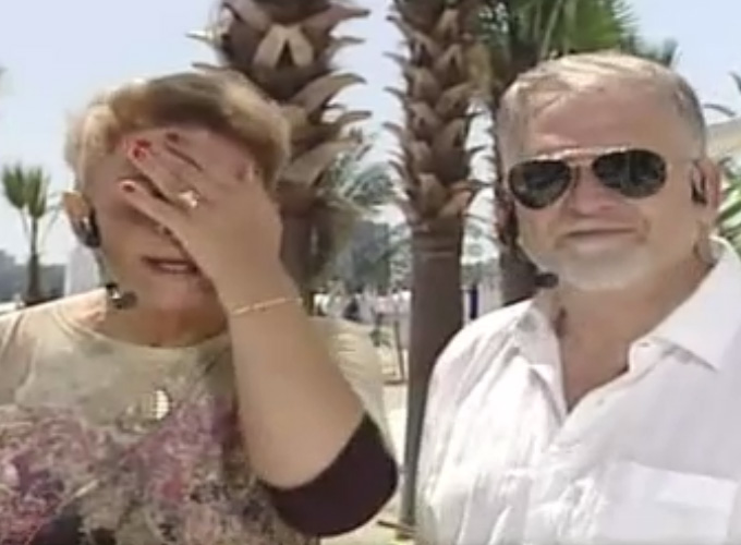 Prezentatoarea TV a aparut initial cu o pereche de ochelari la ochi, pe care si-a dat-o jos intre timp