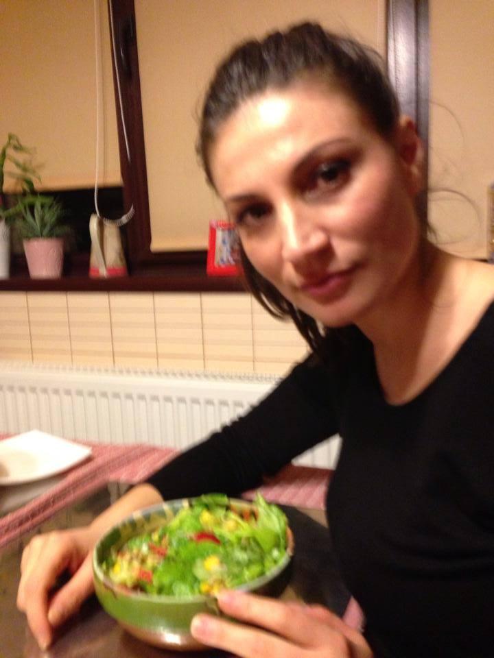 Ioana consuma multe salate si produse foarte sanatoase
