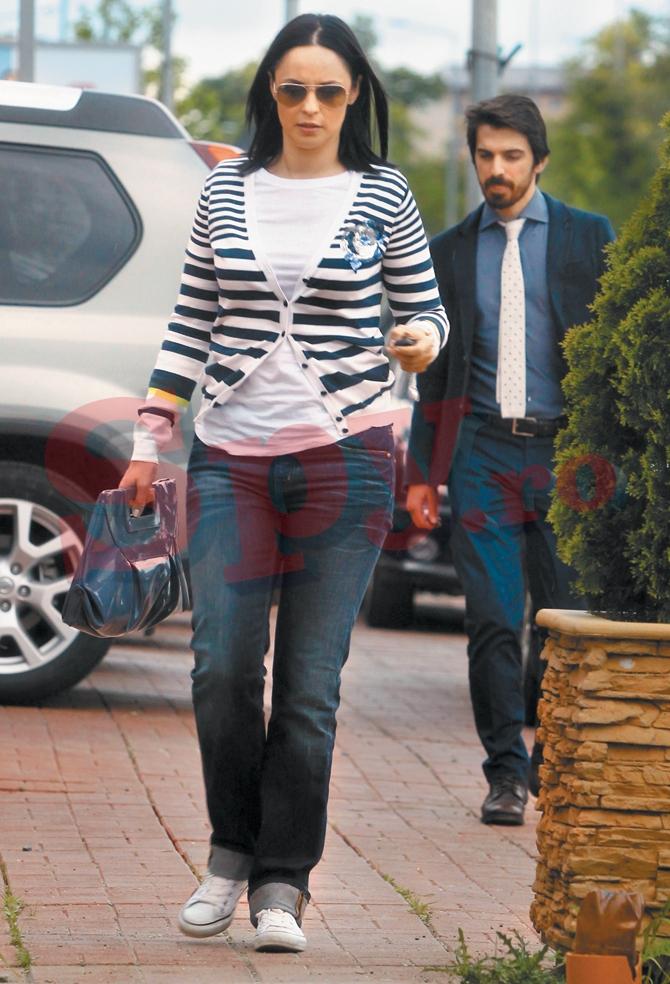 Zana a fost foarte distanta cu iubitul ei in timpul unei iesiri la restaurant