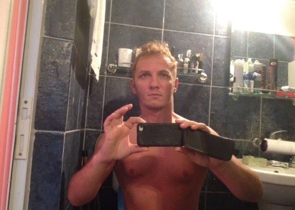 Mihai Traistariu s-a fotografiat in baia personala, stand pe closet