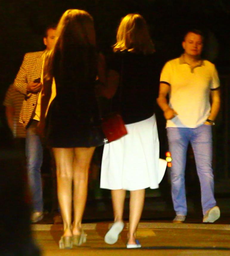 Tania a plecat din club cu prietena ei