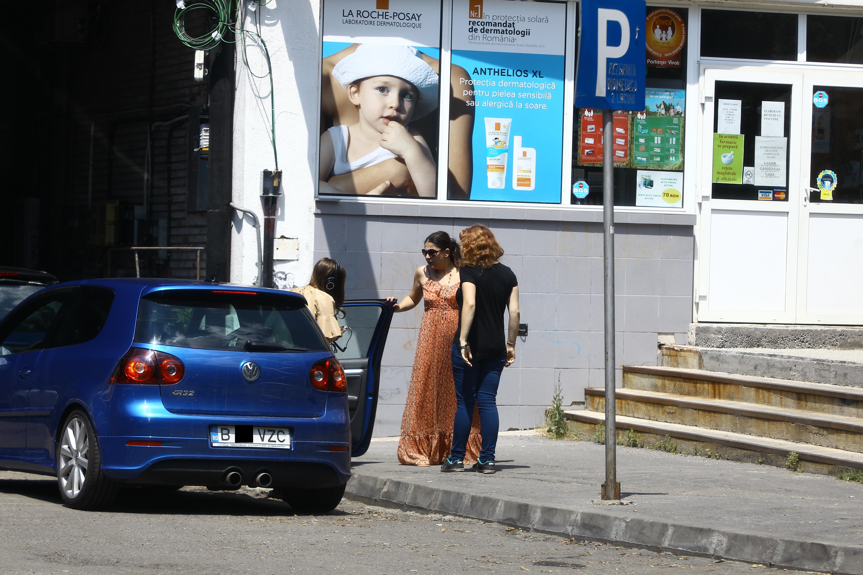 Petruta o ajuta pe Anastasia sa iasa din masina