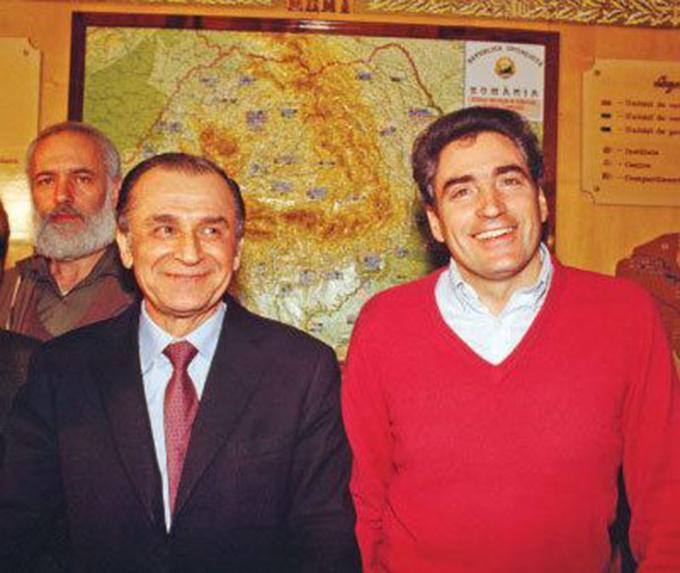 Petre Roman, in celebrul lui pulover rosu de la Revolutie