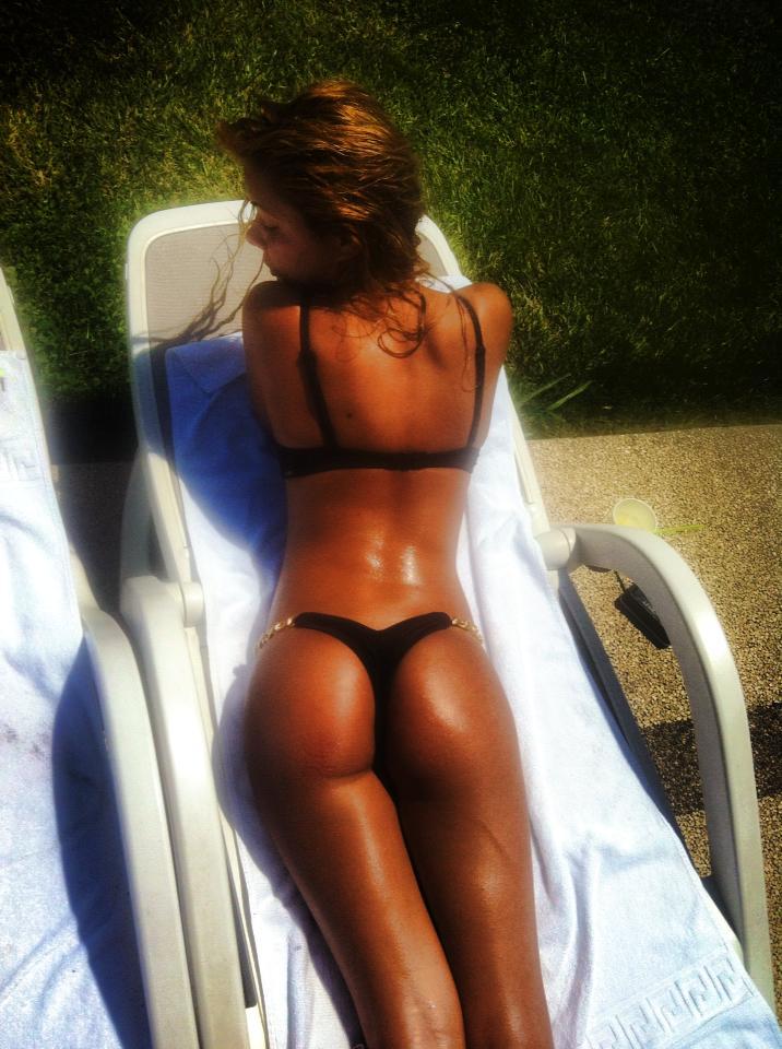 Blonda a facut ravagii la piscina vara aceasta