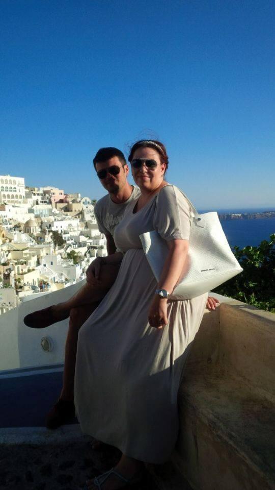Oana Roman, alaturi de sotul ei, in Santorini