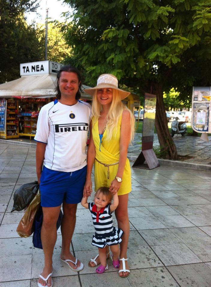 Ianna se afla in concediu in Grecia, alaturi de sotul ei si fiica lor