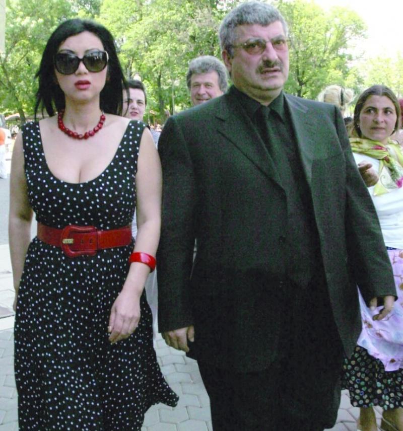 Adriana Bahmuteanu si Silviu Prigoana se tachineaza si in actele oficiale