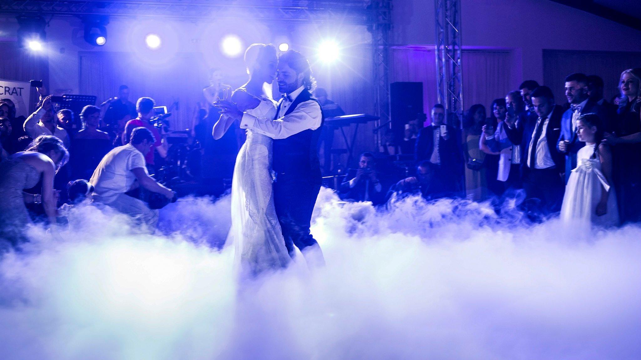 Cantaretul si frumoasa lui sotie au impresionat pe toata lumea cu valsul mirilor