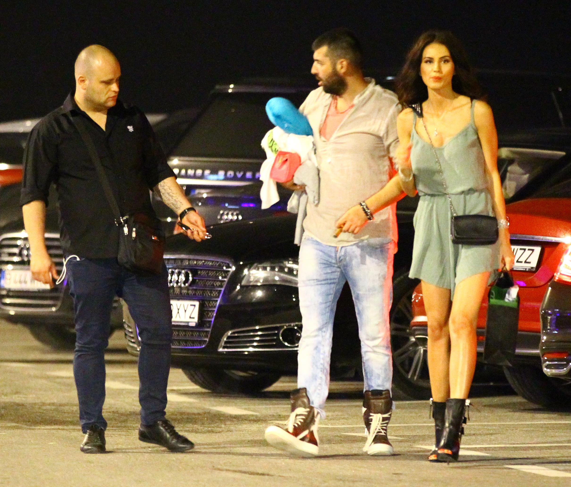 Cei doi iubiti si-au luat cateva lucruri din masina, lasand autoturismul in parcarea clubului