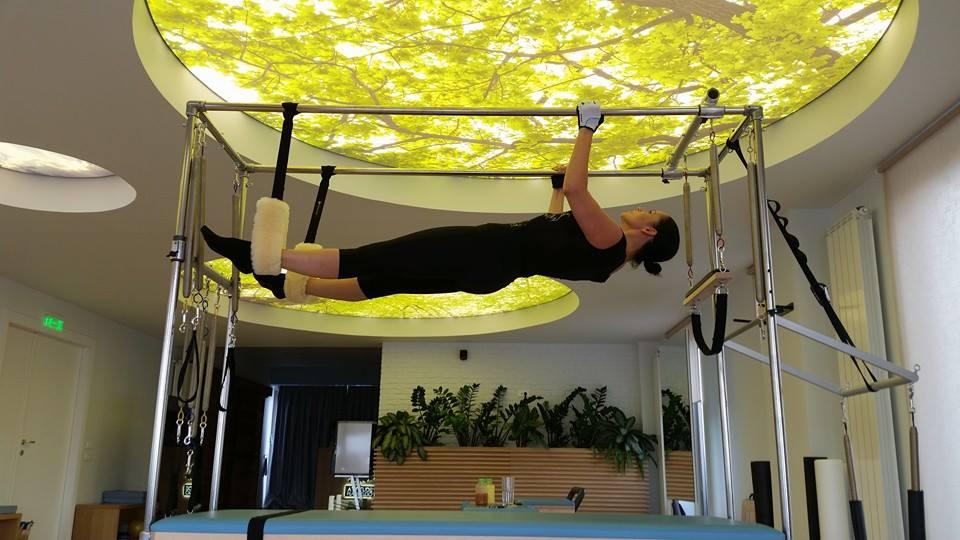 Andreea Marin face niste exercitii destul de complicate pentru a slabi