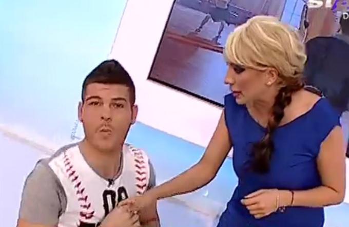 Razvan Botezatu s-a asezat in genunchi in fata Rocsanei Marcu