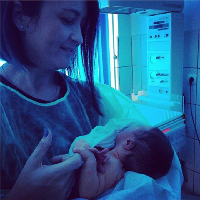 Amalia Nastase s-a fotografiat cu un nou nascut in brate