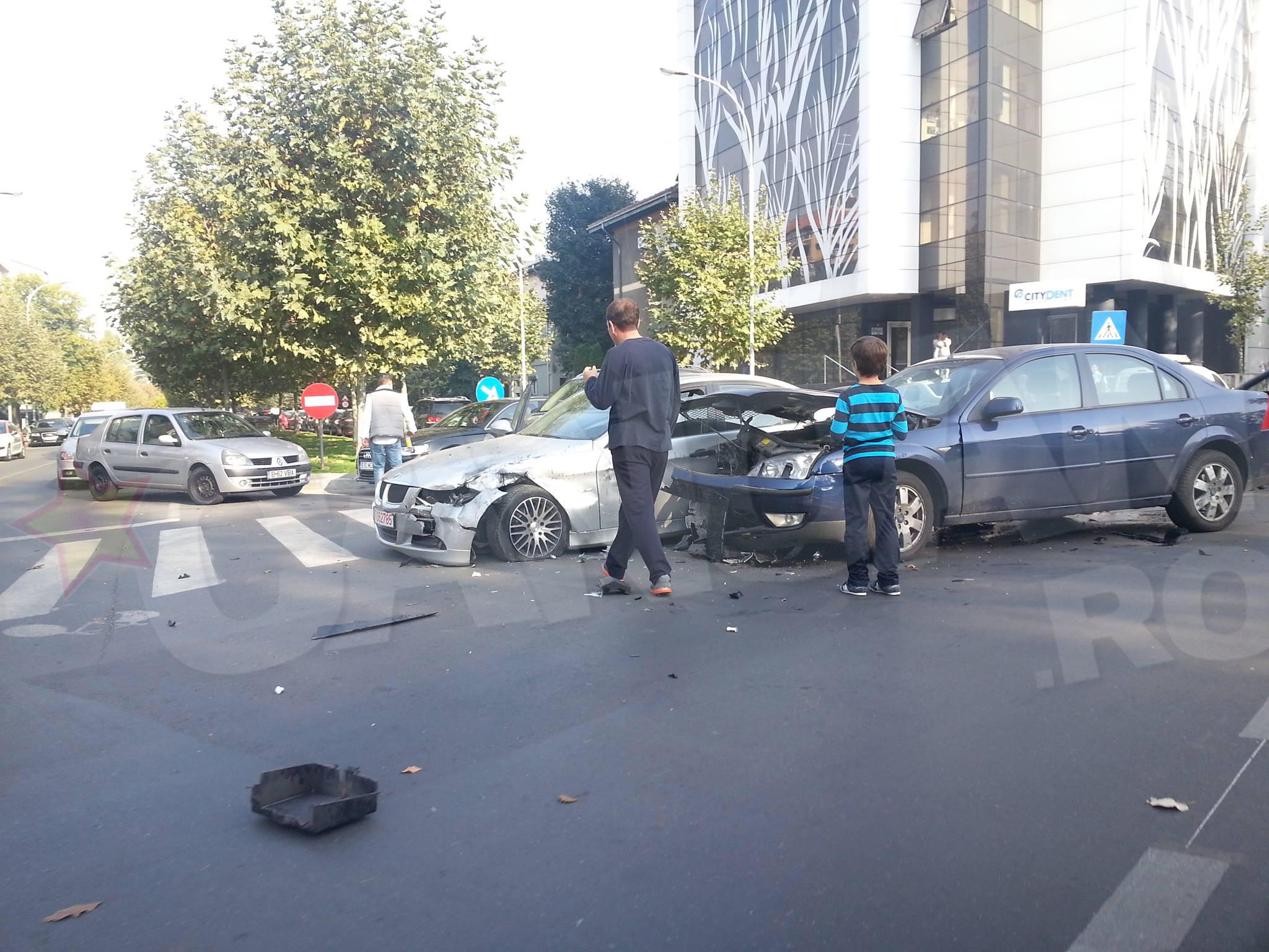 Cele doua masini implicate in accident au fost avariate destul de serios foto: Tiberiu Lovin