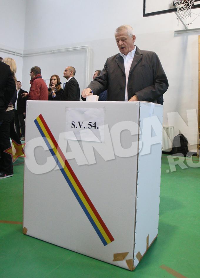 Sorin Oprescu a venit la vot alaturi de Victor Ponta si Daciana Sarbu