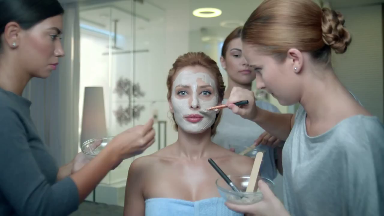 Iulia Vantur s-a lasat filmata cu masca de infrumusetare pe fata